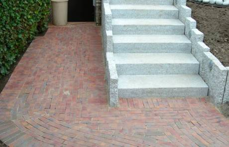 Treppenanlage aus Granit Naturstein, kombiniert mit Pflasterklinker rot-blau-bunt