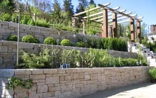 Rebmauerwerk in Terrassenform