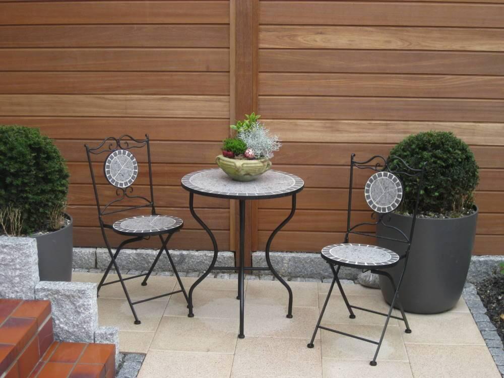 Holzzaun aus Hartholz als Sichtschutz für eine Terrasse