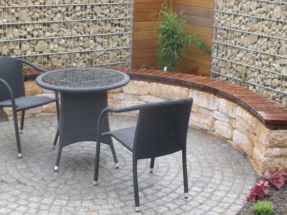 Kleine Terrasse mit Sitzmauerwerk aus Santuro Mauersteinen
