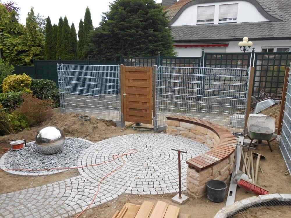 Kleiner Garten mit Wasserspiel Edelstahlkugel