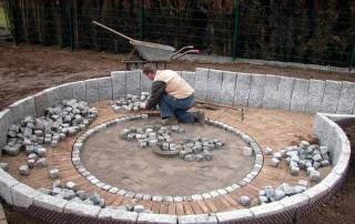 Tiefterrasse mit Einfassung aus Granitsteelen