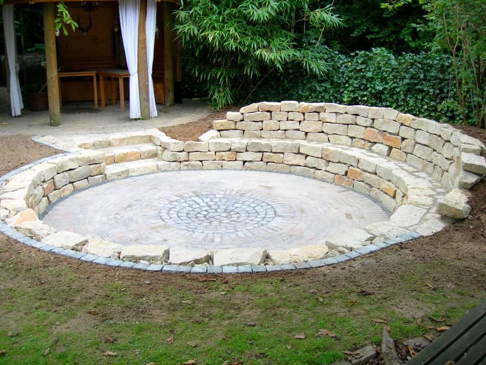 Tiefterrasse mit Natursteinmauer