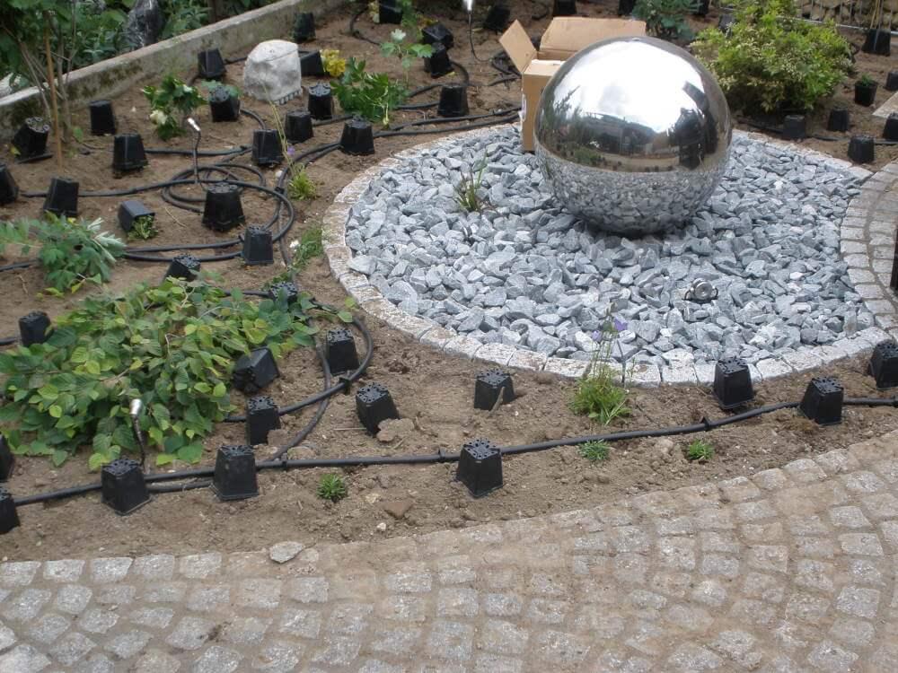 Einfache Gartenbewässerung mit einem Tropfschlauch
