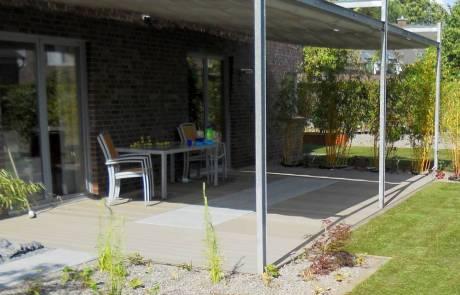 Terrasse aus WPC mit großformatigen Natursteinplatten