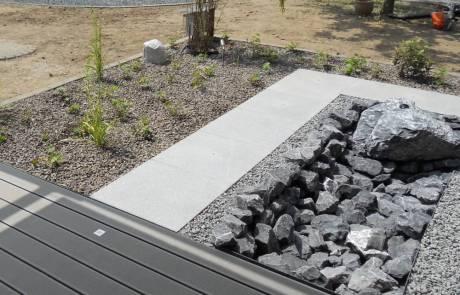 Bachlauf mit WPC Terrasse und Granitplatten