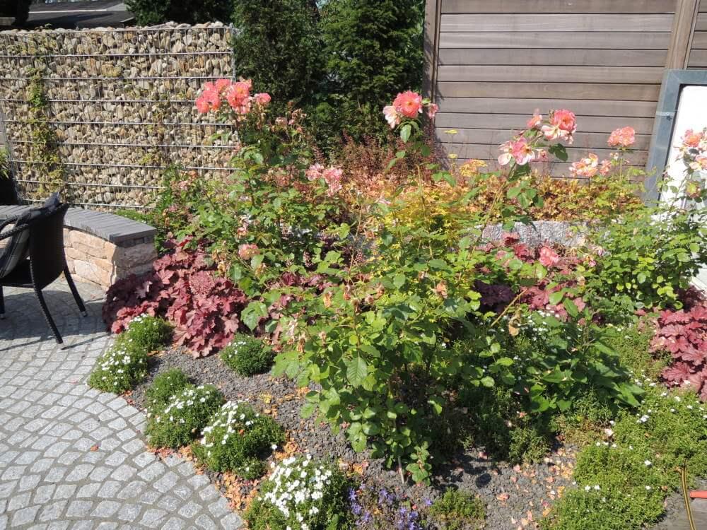 Kleiner Garten mit Wasserspiel nach einem Jahr