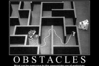 """Scherzbild: Eine Maus in einem Labyrinth, daneben liegt ein großes Stück Käse. Dort ist kein Ausgang. Die Maus hat eine Sprengladung platziert und sitzt in Deckung, im Begriff, die Ladung zu zünden. Unterschrift: """"Obstacles. Most can be overome by the appropriate use of explosives."""""""