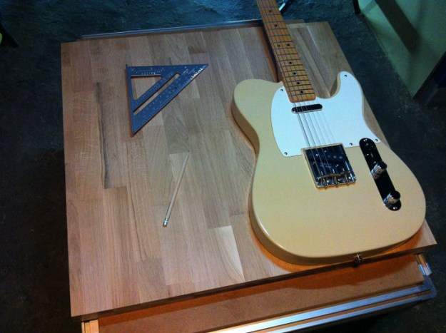 Une planche d couper en forme de guitare lectrique travailler le bois - Couper morceau mp3 en ligne ...