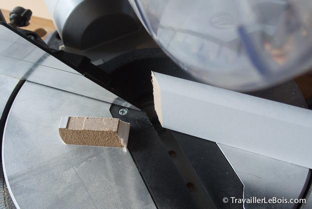Comment poser des plinthes travailler le bois for Coupe d angle plinthe