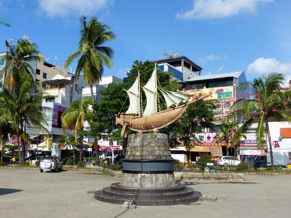 Makassar - statue at harbor promenade Christian Jansen & Maria Düerkop