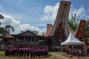 Tana Toraja Funeral Ceremony - chanting men Christian Jansen & Maria Düerkop
