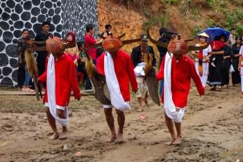Tana Toraja Funeral Ceremony - war dancers Christian Jansen & Maria Düerkop