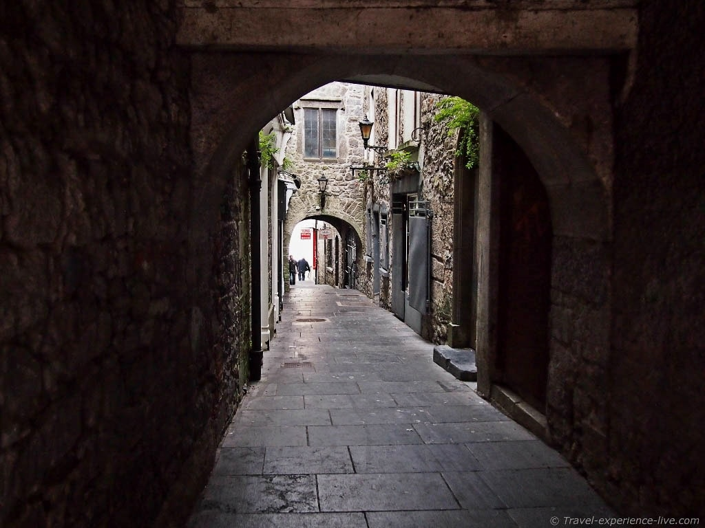 Narrow medieval alleyway in Kilkenny, Ireland