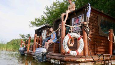 Zwei Hausflößer liegen am Ufer