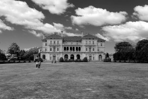 Of all the mansions in Newport, The Breakers is the largest. Built by the powerful industrialist Vanderbilt family at the height of their wealth and influence, the house commands a stunning view over the ocean from the tip of Newport. Such an impressive Italianate house seemed incongruous even in affluent Newport, especially given that it's only a century old. But the Americans were duly amazed (and so were we, having had to pay $20 for entry!).
