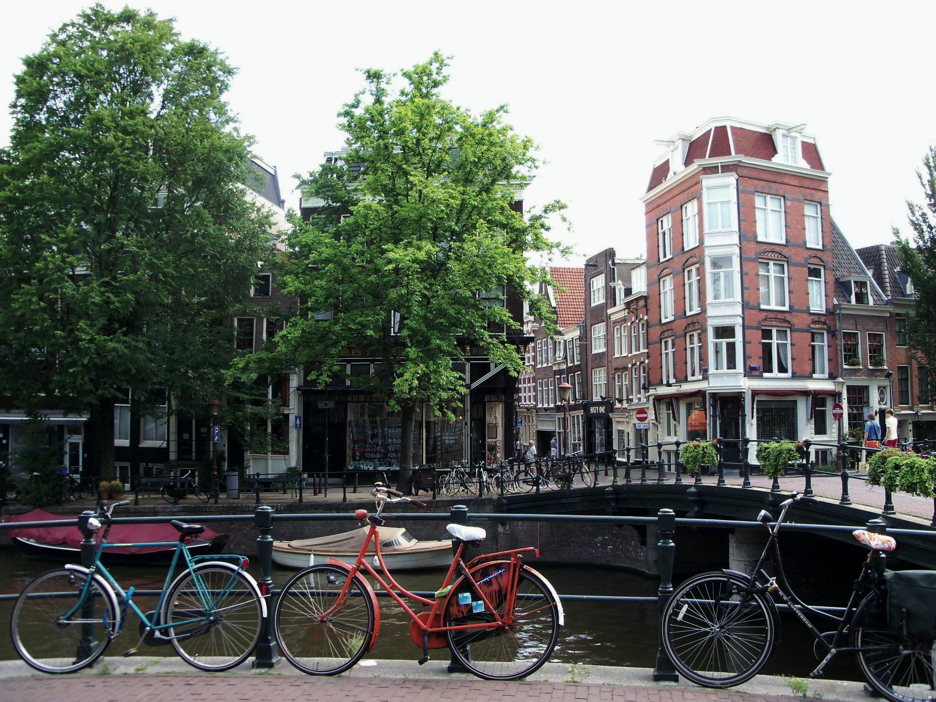 Amsterdã e suas bicicletas, sempre uma imagem de cartão postal