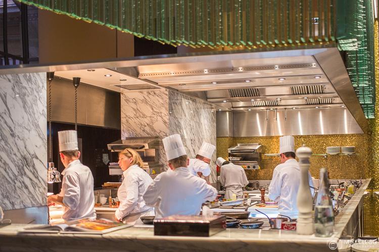 Chefs cozinhando no La Scene, Prince de Galles, Paris