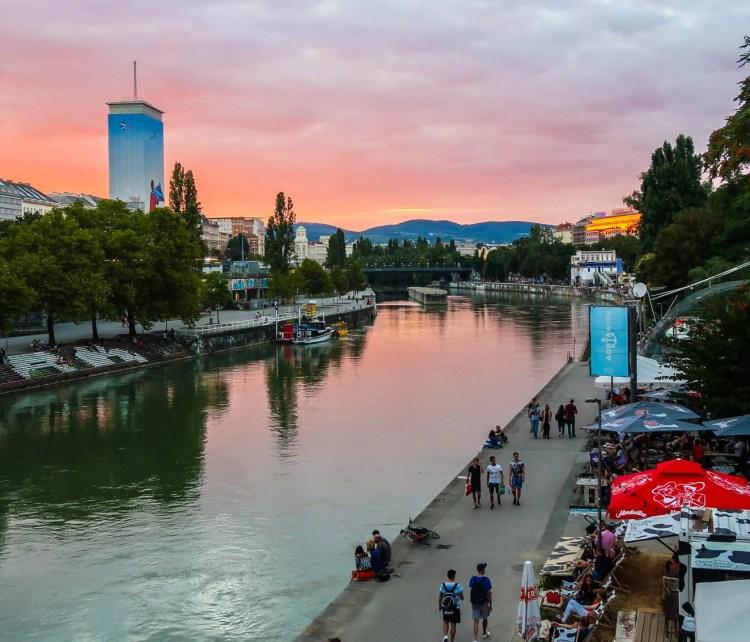 Canal do Danúbio de Viena ao pôr do sol