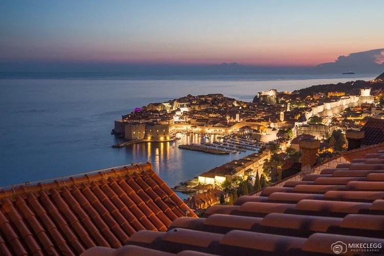 Vistas altas de Dubrovnik à noite