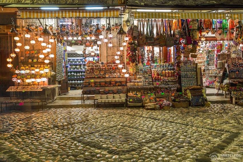 Lojas e ruas de paralelepípedos, Mostar