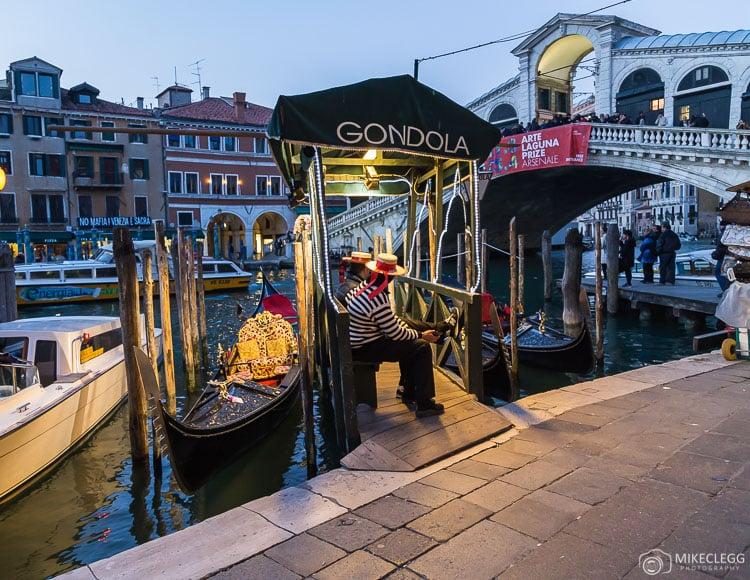 Gondoleiros ao longo do Grande Canal