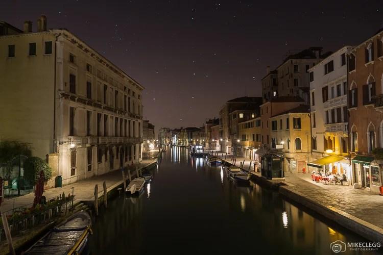 Lagoa de Veneza à noite.