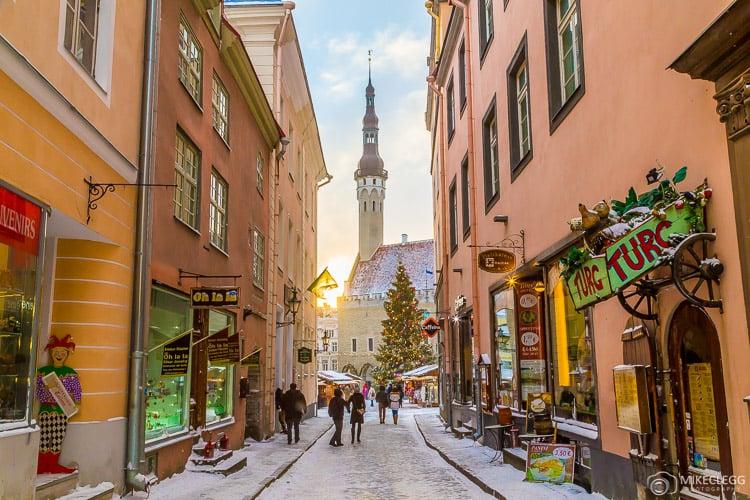 Raekoja plats e ruas de Tallinn