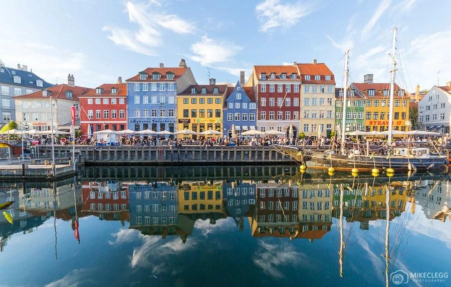 Edifícios coloridos ao longo de Nyhavn em Copenhague