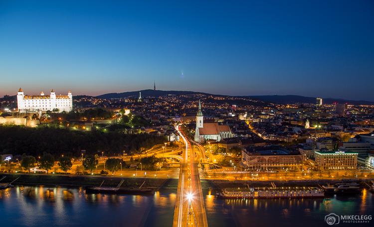 Vista da Torre do OVNI em Bratislava à noite
