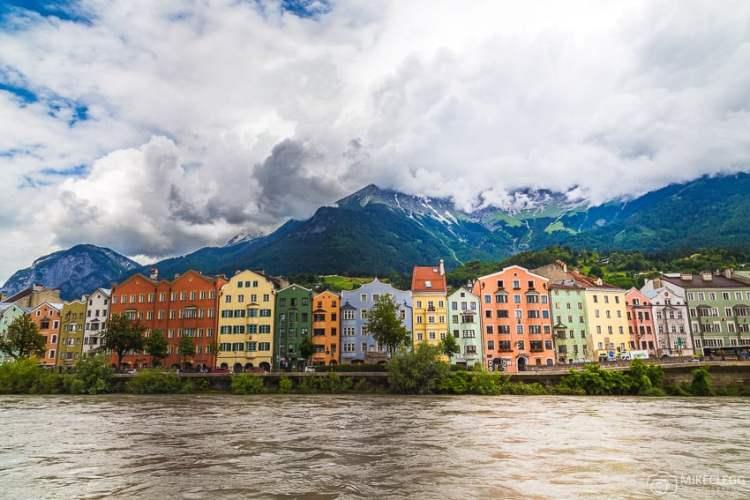 Innsbruck, Áustria - Edifícios e montanhas ao longo do rio