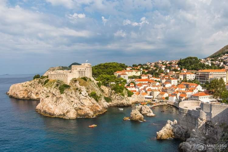 Vista para o forte Lovrijenac das muralhas da cidade