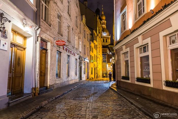 Uma vista ao longo de Krāmu iela em direção à Catedral de Riga Dome