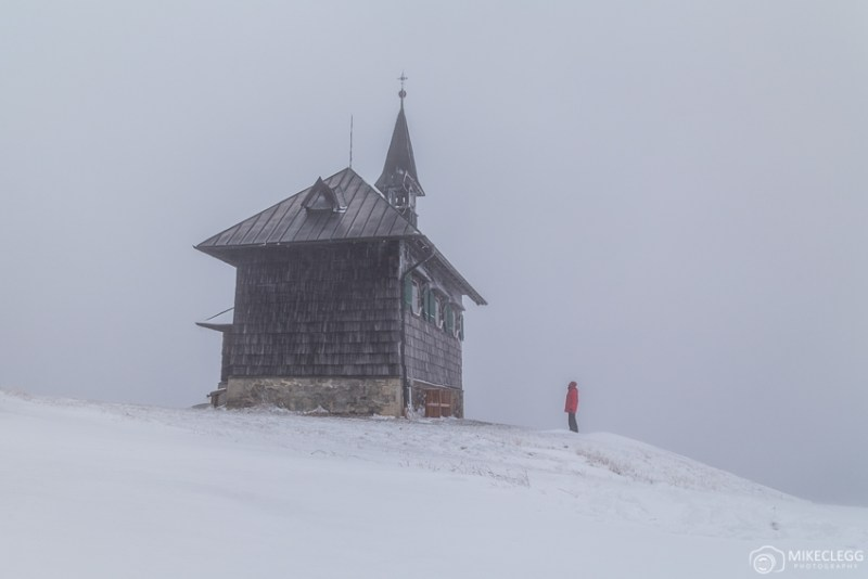 Igreja em Schmittenhöhe com neve