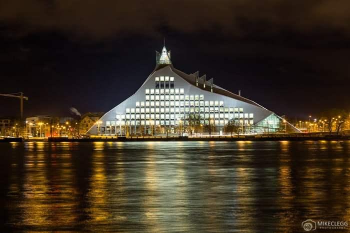 Biblioteca Nacional da Letônia à noite