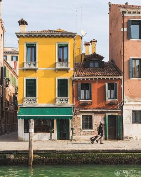 Arquitetura ao longo da Fondamenta Cannaregio em Veneza