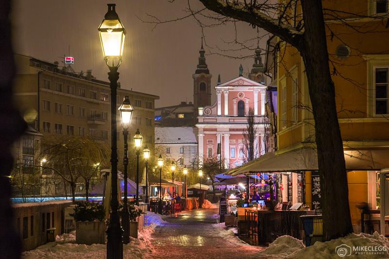 Restaurantes ao longo da Cankarjevo nabrezje em Ljubljana à noite