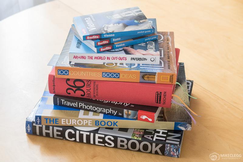 Pilha de livros de viagens e fotografia