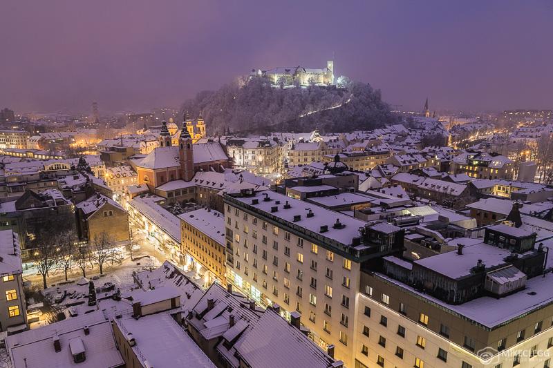 Vista do Neboticnik à noite no inverno