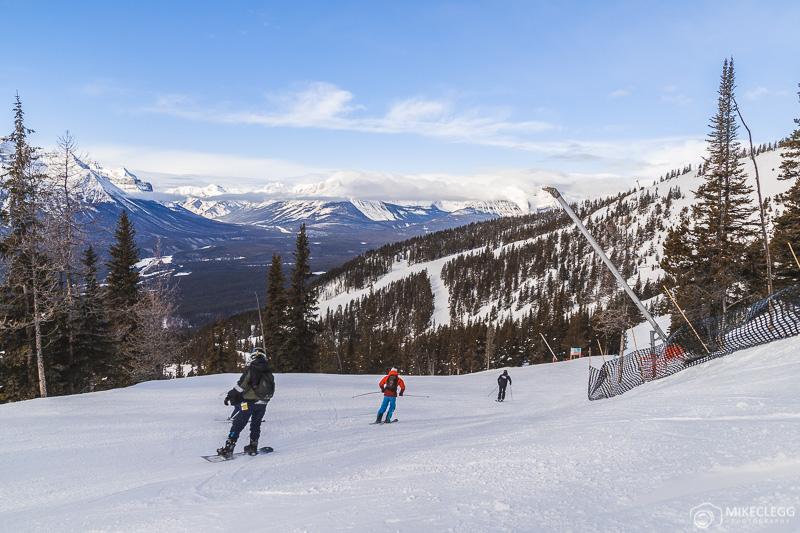 Esquiadores e snowboarders na estação de esqui Lake Louise