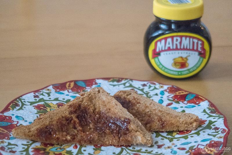 Pote de marmite e torradas