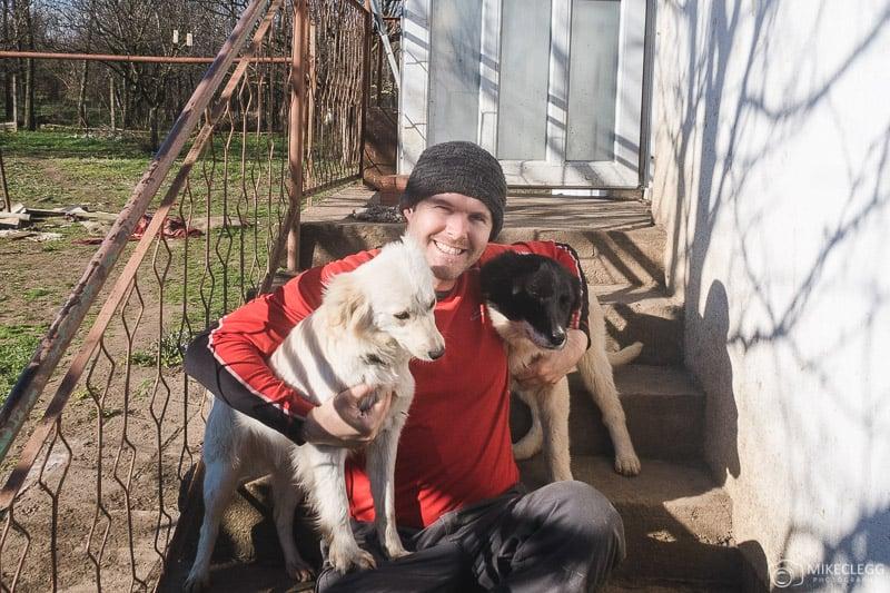 Mike e cães na Helens House of hope Dog Sanctuary