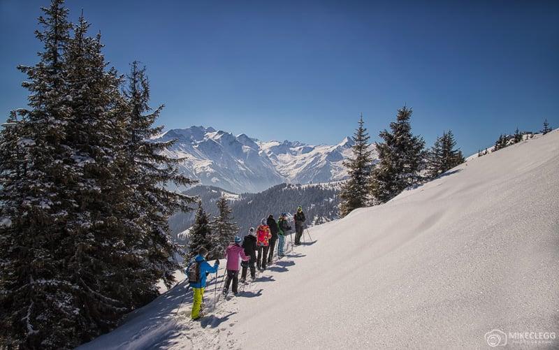 Sapatos de neve escalam Schmittenhöhe na Áustria