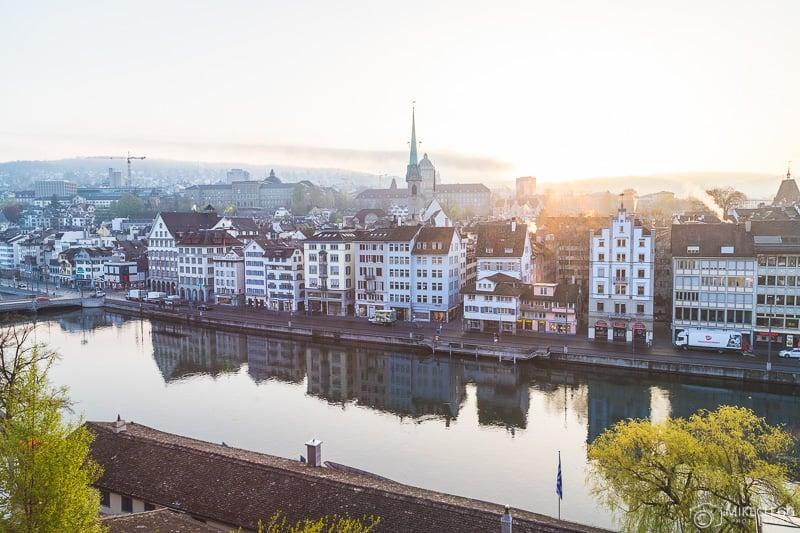 Vistas do horizonte de Zurique ao nascer do sol