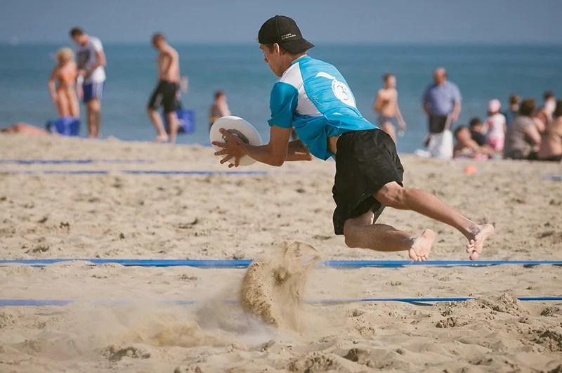Jogando frisbee na praia