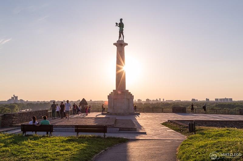 O Monumento a Victor em Belgrado ao pôr do sol