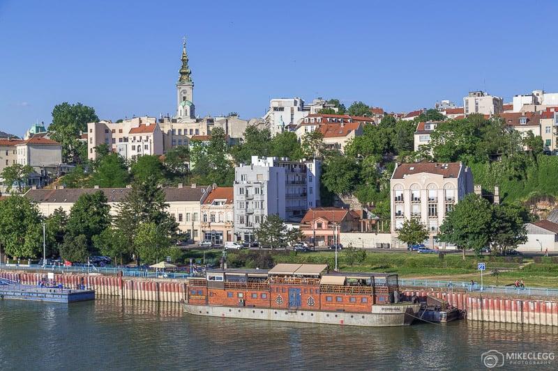 Vistas do horizonte de Belgrado do outro lado do Rio Sava