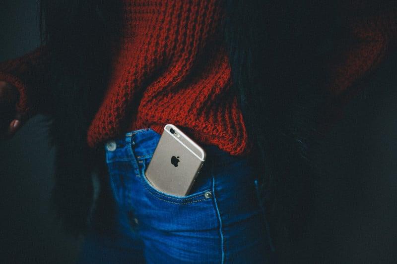 Smartphone no bolso traseiro - mikaela-shannon- via-unsplash