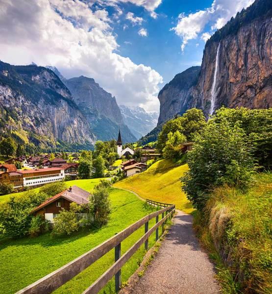 Vista colorida de verão da vila de Lauterbrunnen
