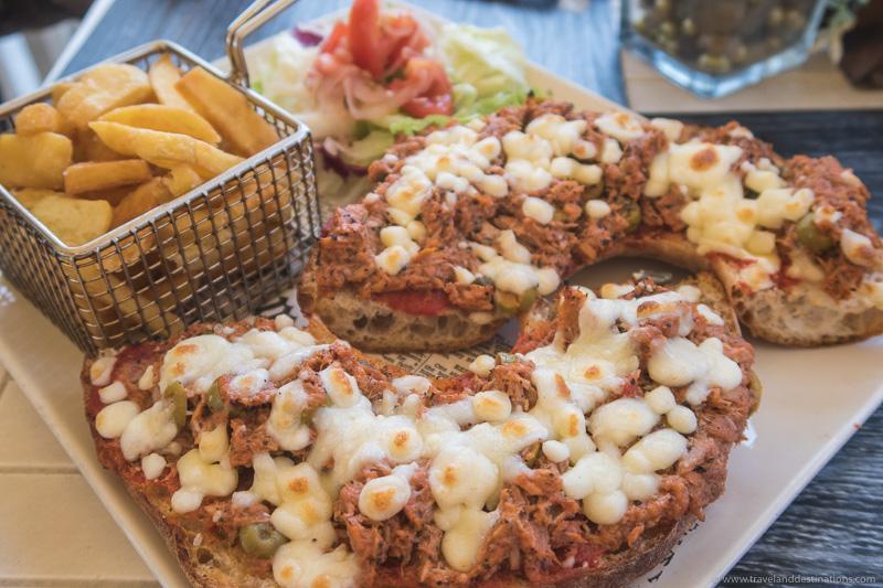 Hobz biz zejt com atum, alcaparras e queijo em Malta